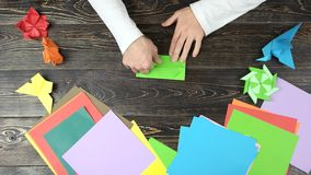 Origami se pliant d'homme de Livre vert banque de vidéos