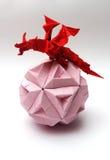 Origami smok na papierowej piłce Obrazy Royalty Free
