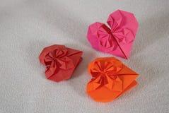 Origami - tre hjärtor ut ur papper - 1 arkivbild