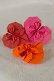 Origami - tre hjärtor ut ur papper - 2 royaltyfria foton