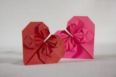 Origami - två hjärtor ut ur papper - 2 2 Fotografering för Bildbyråer