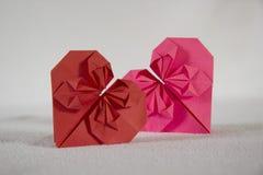 Origami - två hjärtor ut ur papper - 2 3 royaltyfri foto