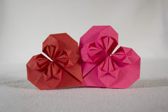 Origami - två hjärtor ut ur papper - 3 royaltyfria bilder