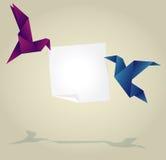 Origami-Vögel, die leere Papierfahne halten Stockfotos