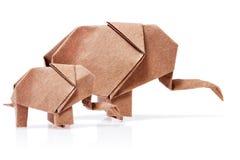 Origami zwei Elefanten aus braunem Papier heraus Lizenzfreie Stockfotografie