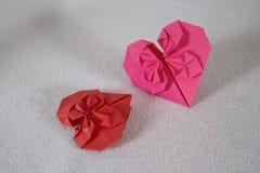 Origami - zwei Herzen aus Papier heraus - 1 Stockbild