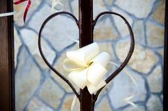 Origamidecoratie op hart gevormde omheining Stock Fotografie