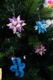 Origamidekoration Tornillo Kusudama im Weihnachtsbaum Lizenzfreie Stockfotos