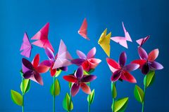Origamidocument bloemen, vlinders, wolken en zon Royalty-vrije Stock Afbeelding
