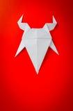 Origamidocument geit op rode achtergrond Royalty-vrije Stock Afbeelding
