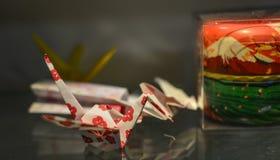 Origamifåglar för garneringar på huset royaltyfri bild