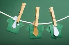 Origamihemden auf Seil Lizenzfreie Stockfotos