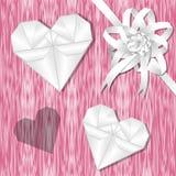 Origamiherz und weißer Bandhintergrund auf rosa Gekritzelbereich Stockfotografie