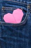 Origamihjärta i blått jeanfack Arkivfoton