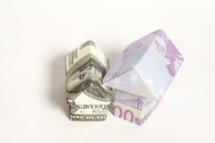 Origamihuis van 500 euro en 100 dollar bankbiljetten wordt gemaakt dat Stock Fotografie