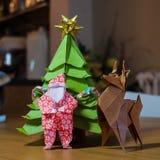 Origamijultomten en Rudolf på juldagen arkivbild