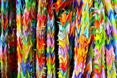 Origamikranar som hänger i Kyoto, Japan Royaltyfri Foto