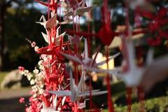 Origamikranar som symbol av välkomnandet royaltyfri bild