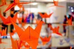 Origamikranen die van een draad hangen royalty-vrije stock foto's