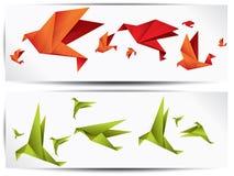 Origamin skyler över brister fågeln på abstrakt bakgrund Arkivfoton