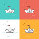 Origamipapierschiffe auf Meereswellenvektorillustration Stockfoto