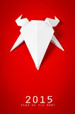 Origamipapierziege auf rotem Hintergrund Neues Jahr Stockfoto