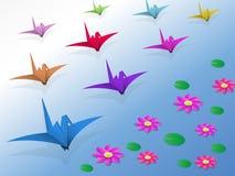 Origamivogels die over het water vliegen Stock Foto's
