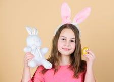 Origen del conejito de pascua Símbolos y tradiciones de Pascua Niño juguetón con el juguete suave Día de fiesta de la primavera d foto de archivo