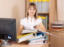 Originais da leitura da mulher de negócios no escritório Fotos de Stock Royalty Free