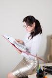 Originais da leitura da mulher no dobrador Fotos de Stock Royalty Free
