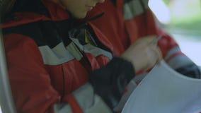 Originais de enchimento na ambulância, profissionais do doutor fêmea no dever, medicina vídeos de arquivo