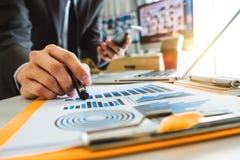 Originais de negócio na mesa de escritório com portátil e telefone e gráfico espertos imagens de stock royalty free
