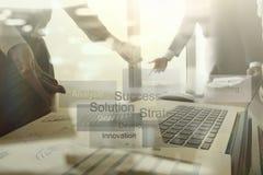 Originais de negócio na tabela do escritório com telefone esperto Imagens de Stock Royalty Free