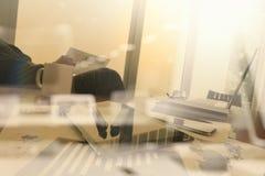 Originais de negócio na tabela do escritório com telefone esperto Imagem de Stock
