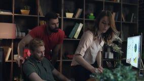 Originais de papel de jogo do gerente frustrante Escândalo com o chefe fêmea no escritório vídeos de arquivo