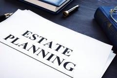 Originais de planeamento imobiliário em uma mesa Conceito da vontade fotos de stock royalty free