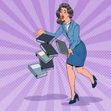 Originais do dobrador de Art Careless Business Woman Dropping do PNF Secretário do escritório com arquivos em papel Imagens de Stock Royalty Free