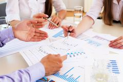 Originais financeiros e de negócio na tabela Foto de Stock