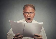 Originais surpreendidos da leitura do homem de negócios Fotografia de Stock