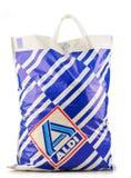 Original- Aldi plast- shoppingpåse över vit Arkivfoto