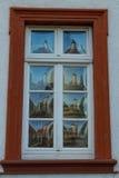 Original- antikt fönster med konvext exponeringsglas Royaltyfri Fotografi