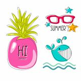 Original- beståndsdelar, symboler, symboler, sommarattribut content fruktpomegranatered kärnar ur sommar stort blått val solglasö Royaltyfria Bilder