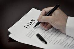 Original do contrato de empréstimo na mesa com pena preta Foto de Stock