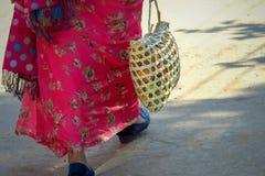 Original- ekologisk handgjord shoppa påse som bär frukter, Nepal royaltyfri bild