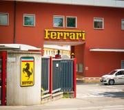 Original- Ferrari fabriksingång som är mer nära Fotografering för Bildbyråer