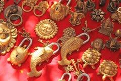 Original- lås för dörrar i form av fisk bronser Gåvasouvenir Indien Tibet arkivfoton