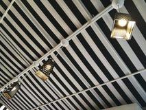 Original- lampor i ett litet kafé arkivfoto
