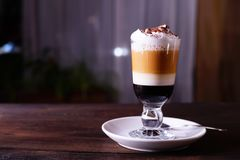 Original- lattemacchiatokaffe i exponeringsglas fotografering för bildbyråer