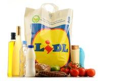 Original- Lidl plast- shoppingpåse och produkter Arkivbild