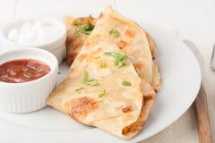 Original- mexikansk quesadilla på den vita plattan Royaltyfri Bild